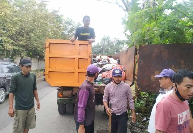 Sampah Liar Ditepi Jalan Aria Jaya Santika di Angkut Tim DLHK Kabupaten Tangerang