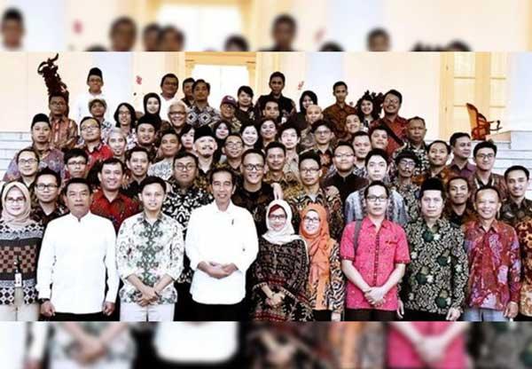 Beredar Foto Abu Janda CS Bareng Jokowi dan Moeldoko, Warganet Bilang Begini