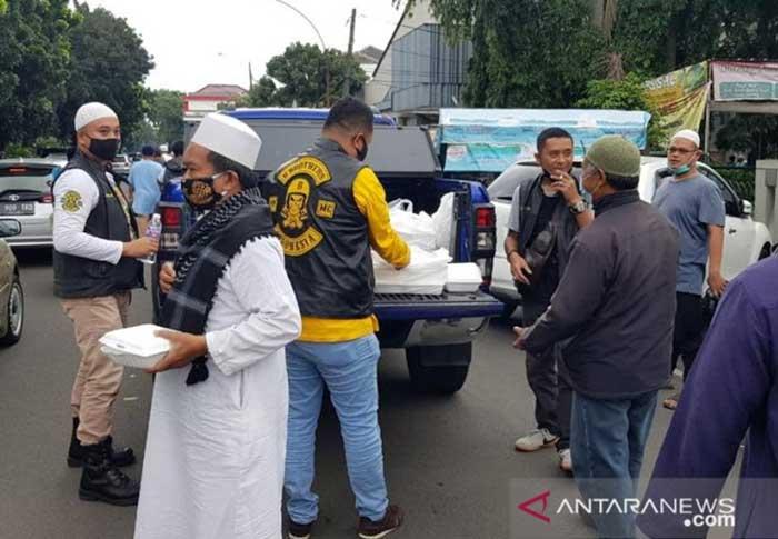 Jumat Barokah, Puluhan Pengendara Moge Berbagi Paket Makanan dengan Tunawisma