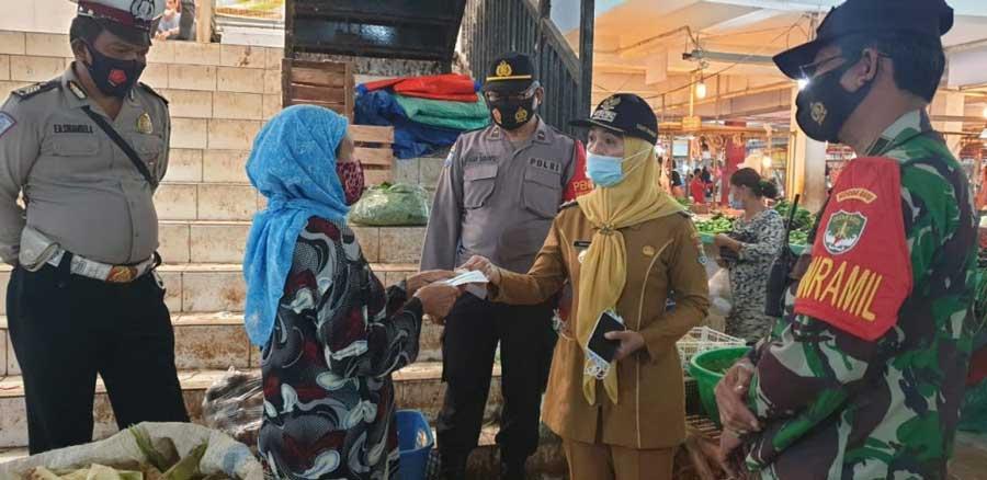 Cegah Penyebaran Covid-19, Tiga Pilar Kecamatan Tigaraksa Giat Bagikan Masker
