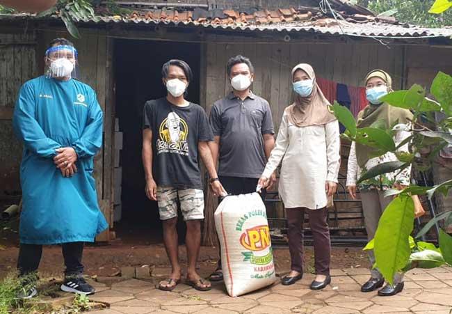 Tim Puskesmas Pasirnangka Dampingi Camat Tigaraksa Kunjungi Rumah Janda Miskin yang Menderita Liver