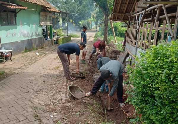 Warga Kampung Gudang Gotong Royong Perbaiki Jalan Rusak di Wilayah RW 06 Desa Pasirnangka