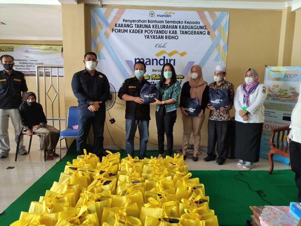 Bank Mandiri Serahkan Bantuan Sembako Untuk Masyarakat Kelurahan Kaduagung